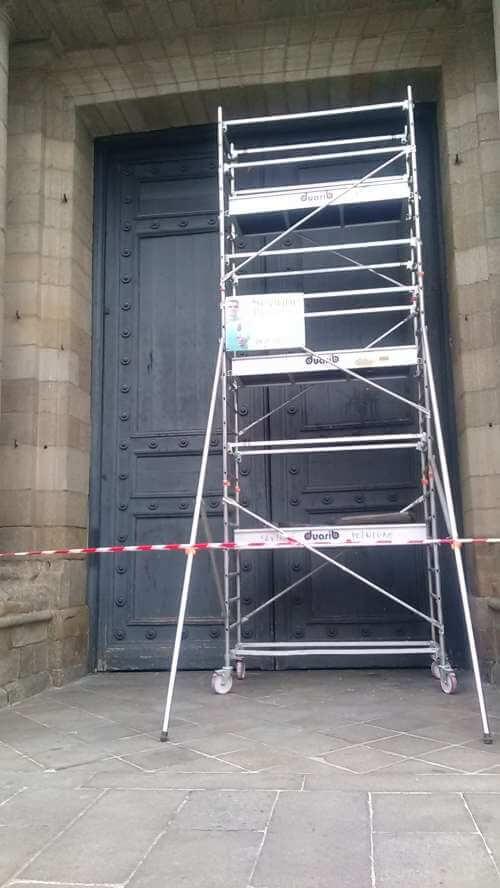 Echaffaudage devant la porte de la cathédrale de Rennes