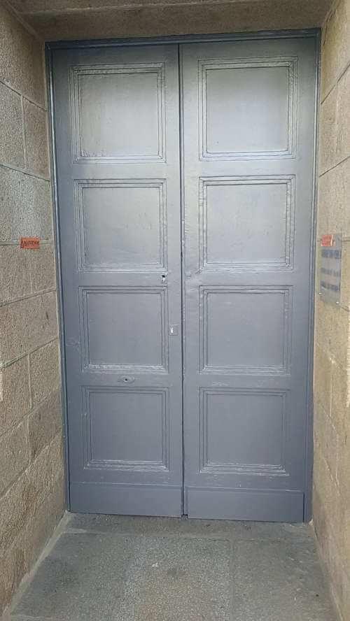 Petite porte d'entrée latérale de la cathédrale de Rennes refaite à neuf