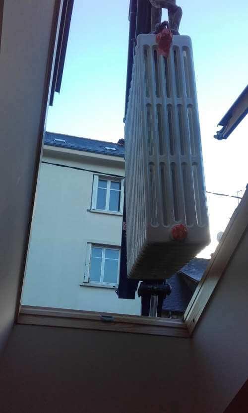 Portage radiateur en fonte par la fenêtre