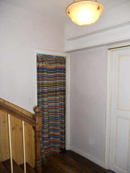 Pose de papier peint dans l'escalier, avant travaux