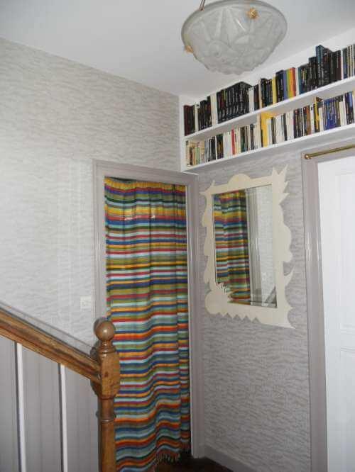 Pose de papier peint dans l'escalier, résultat après travaux