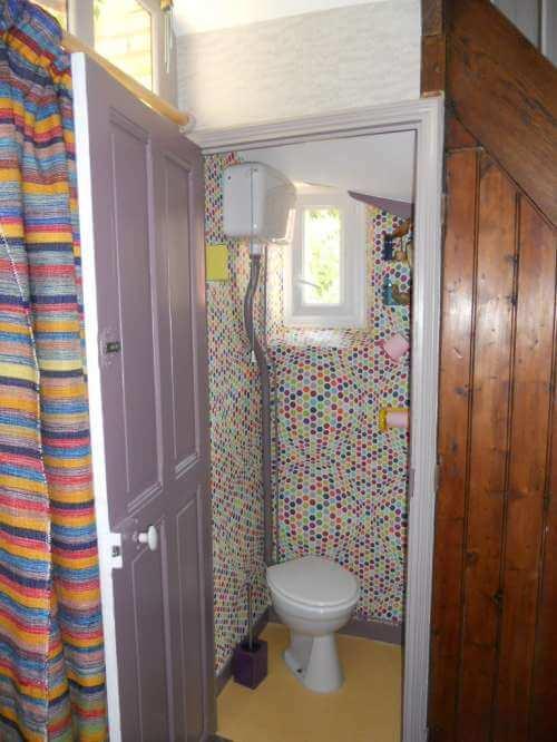 Pose de papier peint dans les toilettes, résultat après