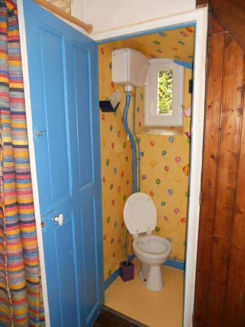 Pose de papier peint dans les toilettes, résultat avant