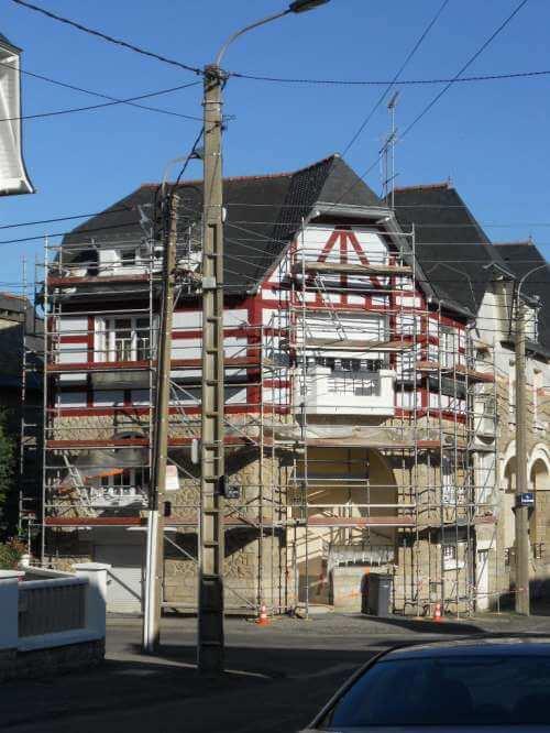 Ravalement maison style anglo-normand durant le chantier