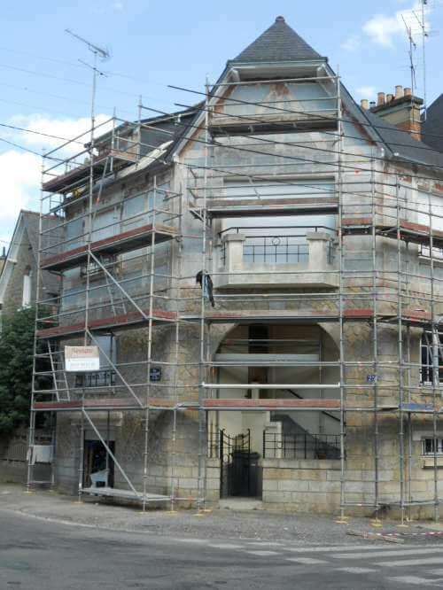 Ravalement maison style anglo-normand pendant les travaux