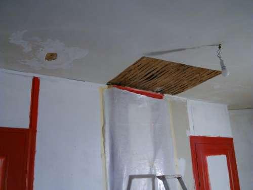 Reprise d'un plafond en lattis ancien et papier-peint