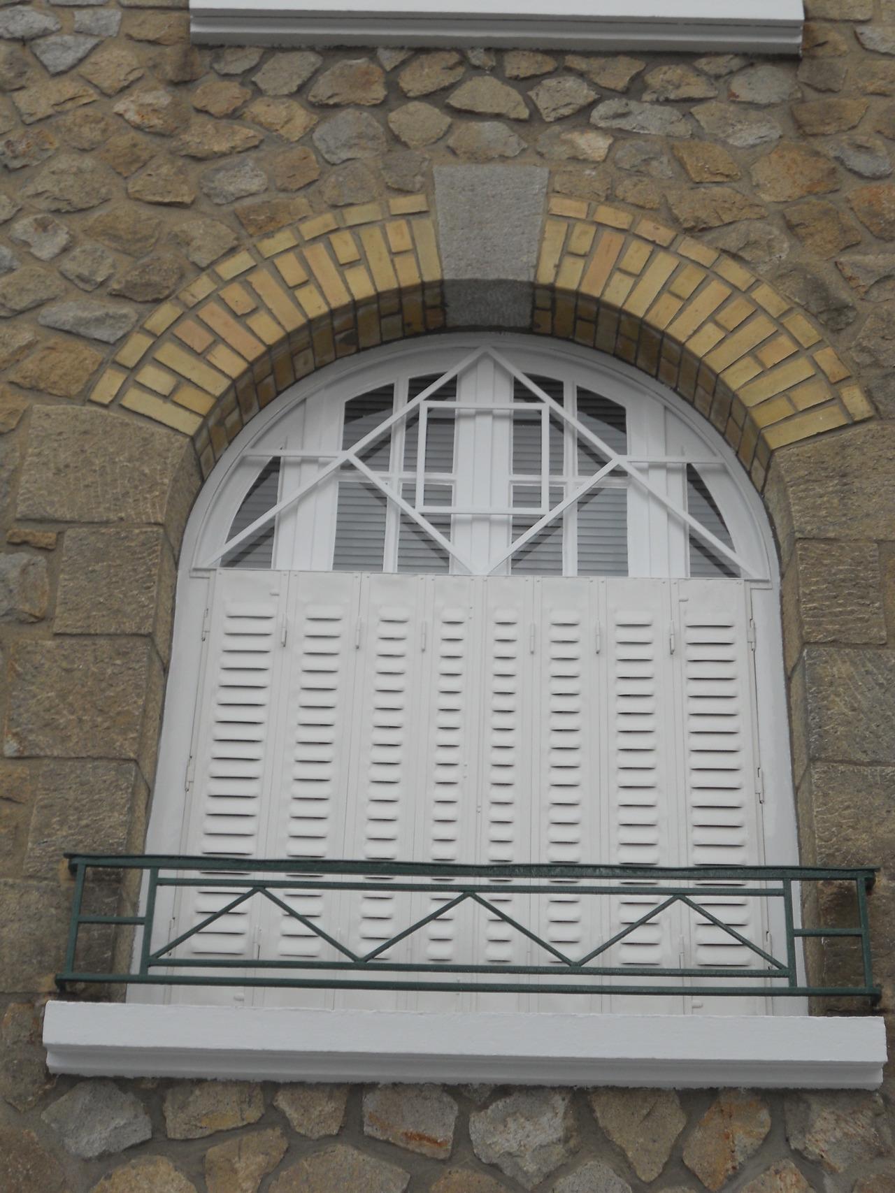 <p>fenêtres persiennes gardes-corps</p>