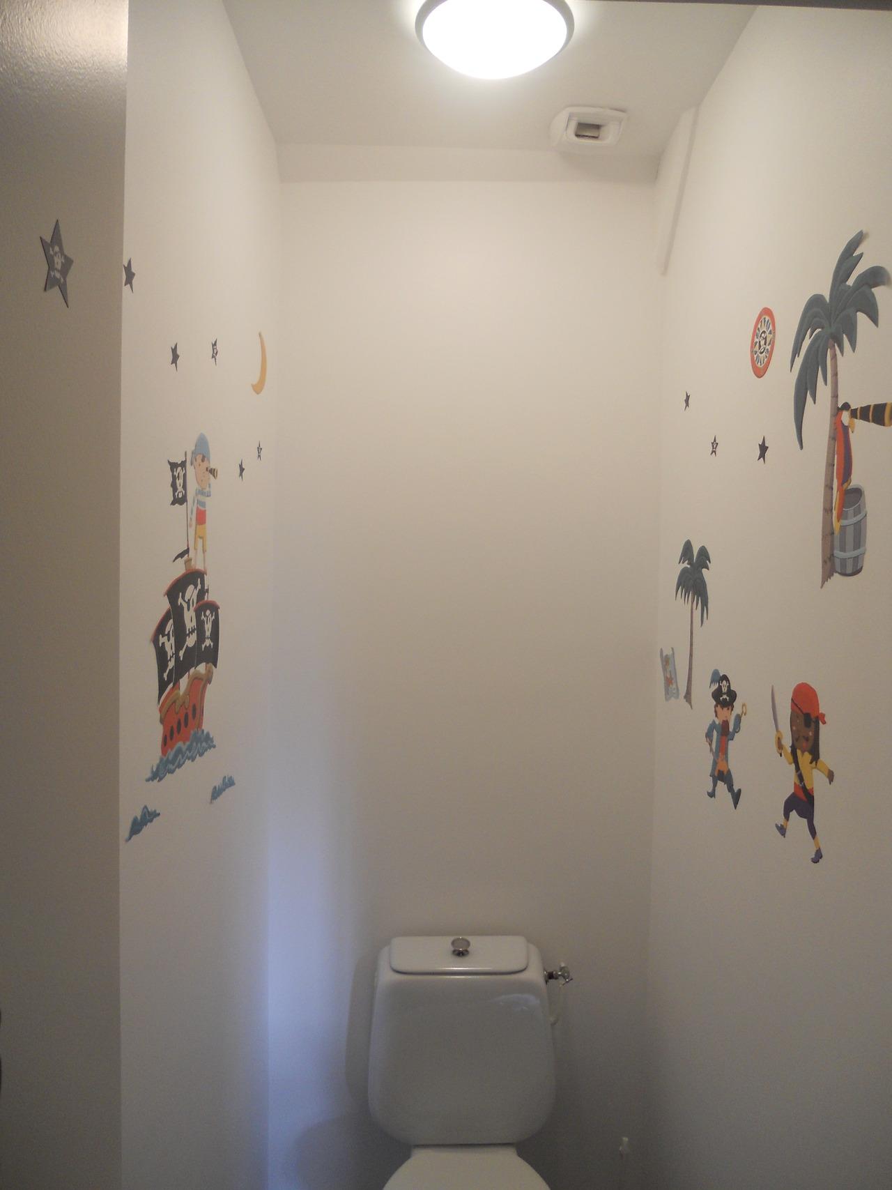 <p>peinture + stickers</p>