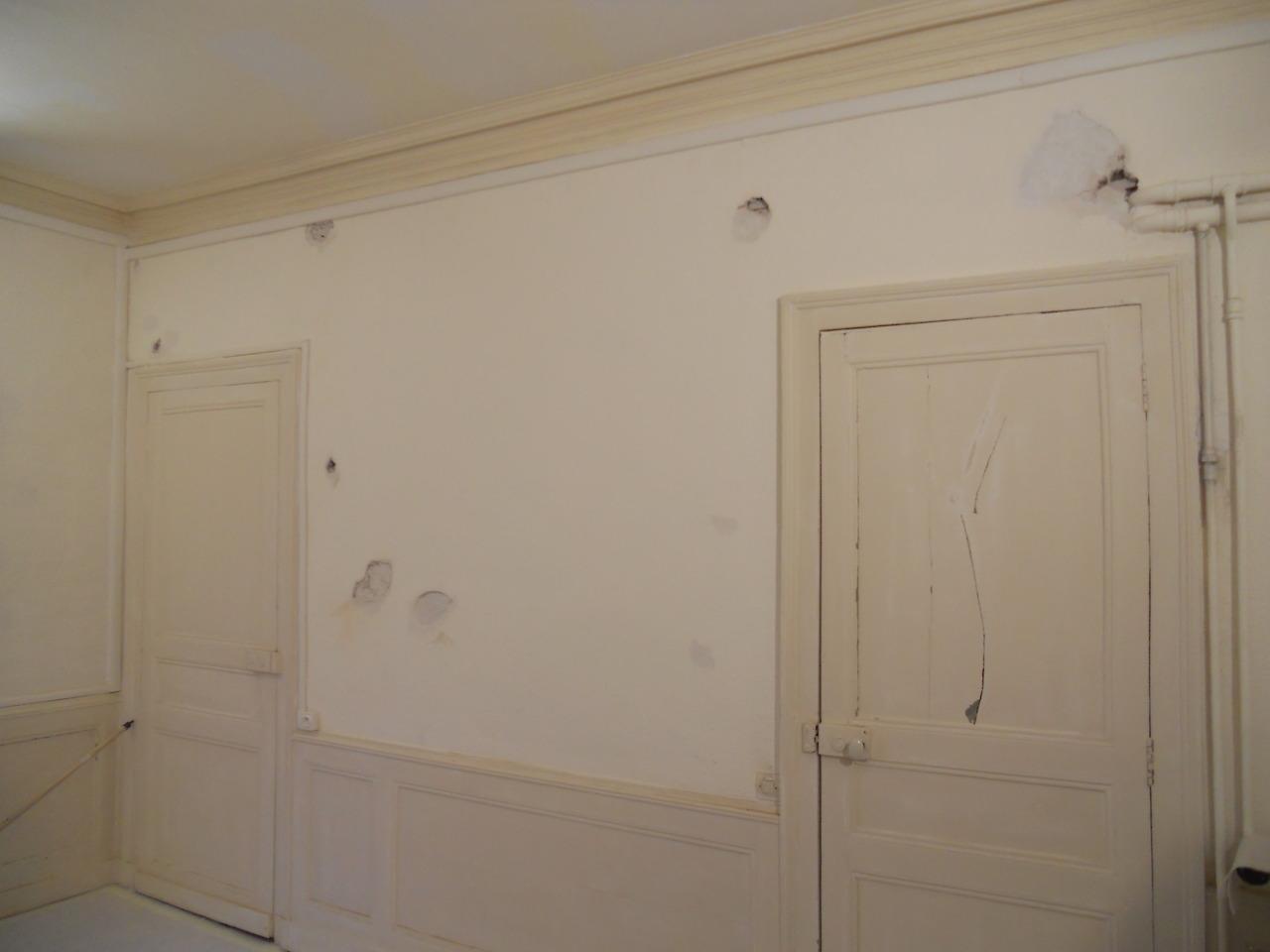 <p>Murs en terre crin avec du crépis à relief, entièrement réenduit pour une finition lisse en peinture.</p>